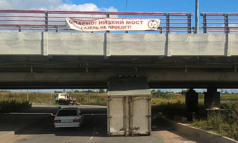 В Петербурге 148 й грузовик врезался в мост с надписью Газель не проедет