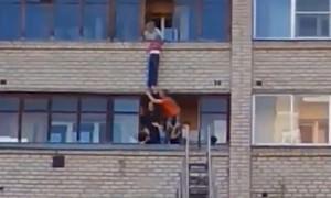 30 минут борьбы за жизнь: чудесное спасение мальчика, упавшего с балкона