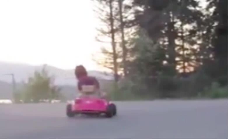 Розовое безумие: механики превратили детскую машинку в суперкар