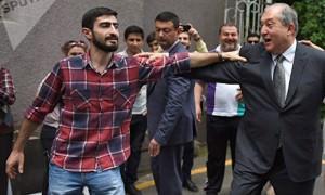 Президент Армении сплясал с участниками акции протеста