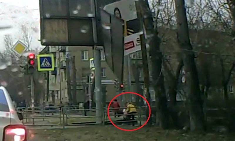 Упавший рекламный щит  чуть не убил женщину  с ребенком в Челябинске