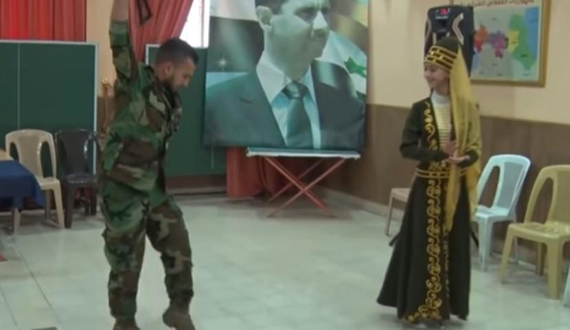Зажигательную лезгинку с автоматом и девушкой станцевал сирийский солдат