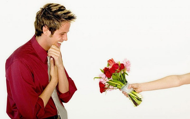 Как дарить цветы мужчине?