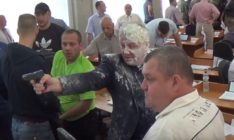 Украинского депутата облили кефиром - в ответ он пальнул из пистолета