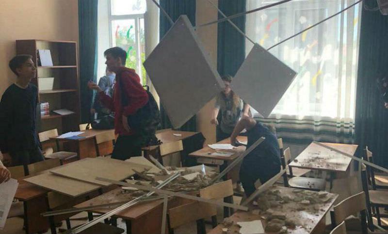 Потолок класса обвалился на голову подмосковным школьникам