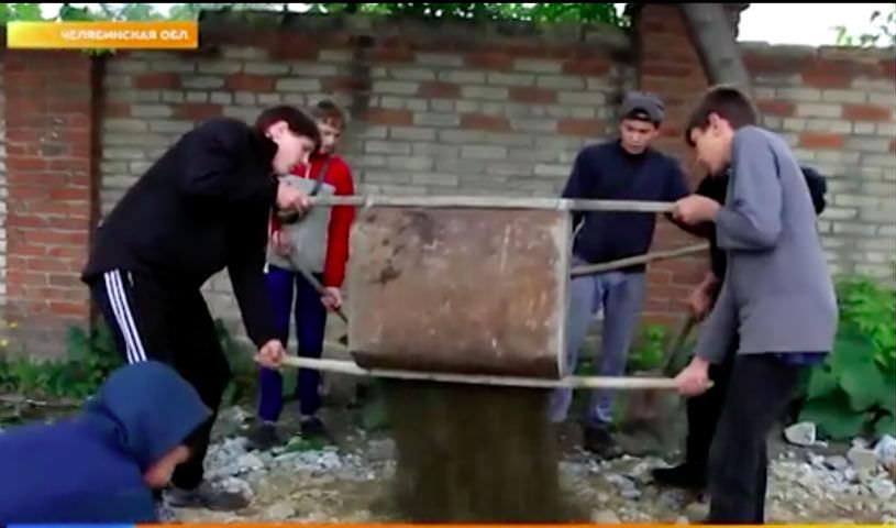 В Челябинске разбитую дорогу ремонтируют дети