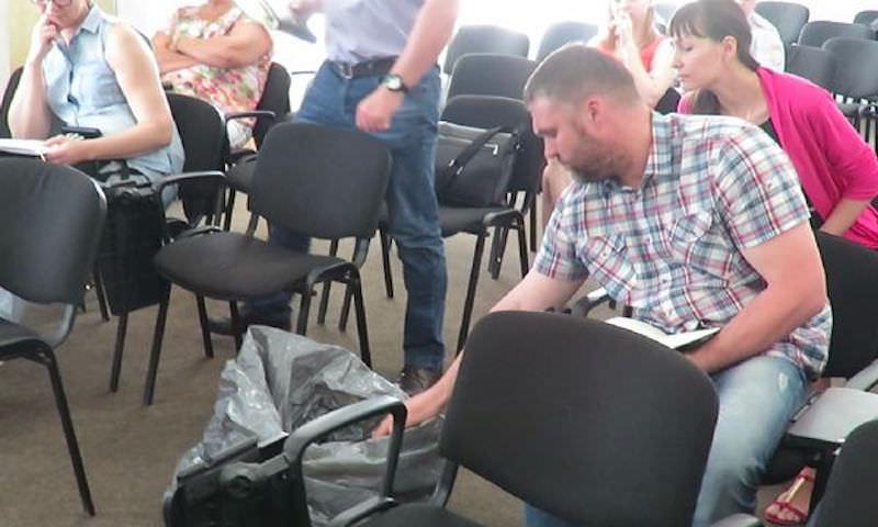 Мэр Новокузнецка принес на совещание мешок куриного помета