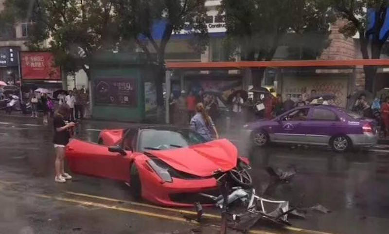 Китаянка взяла в аренду красный Ferrari и тут же разбила
