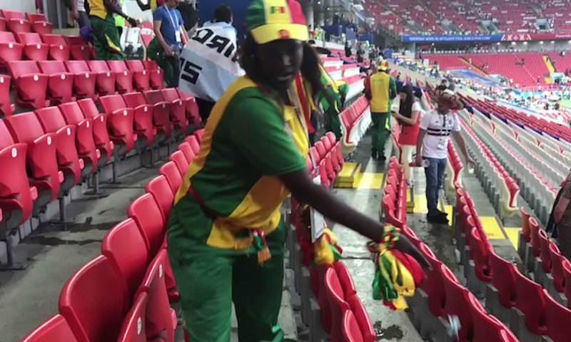 Болельщики Сенегала и Японии убрали мусор за собой и за другими после матча