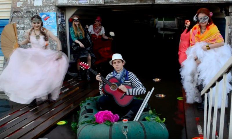 Венецианский карнавал устроили в затопленном переходе жители Оби
