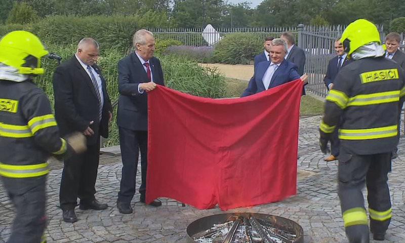 Гигантские красные трусы сжег президент Чехии