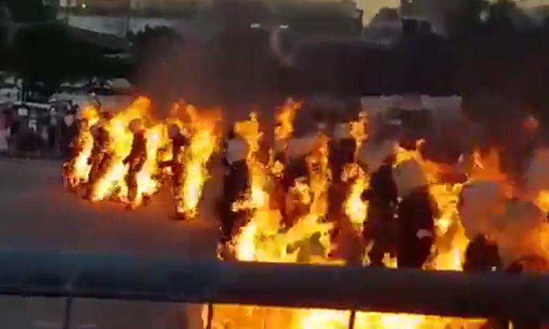 32 человека превратили себя в полыхающие факелы