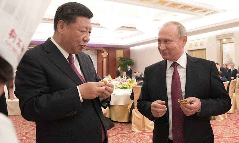 Путин налепил с Си Цзиньпинем пельменей и подарил ему баню