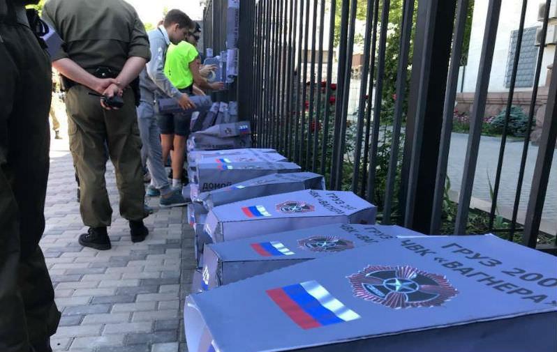 Новые украинские шутки о смерти: к посольству РФ принесли гробы