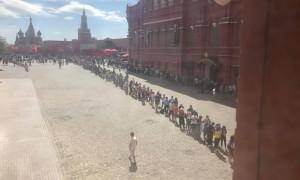 Ленин жив! Мавзолей стал местом паломничества тысяч иностранных болельщиков