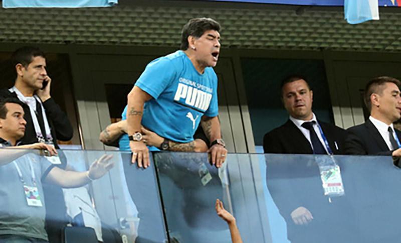 Диего Марадону доставили в больницу после матча