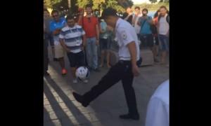 Ростовский полицейский показал иностранным фанатам футбольное мастерство