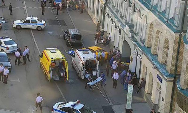 Таксист сбил мексиканских болельщиков в центре Москвы