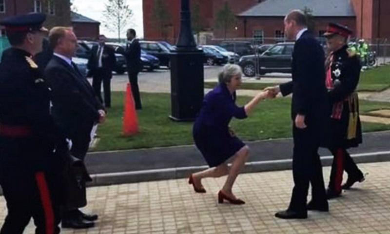 Тереза Мэй согнулась перед принцем в странном реверансе