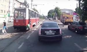 В Смоленске находчивый водитель спас зажатую трамваем бабушку