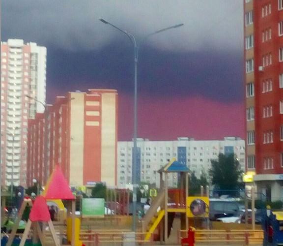 Это знамение!: на Урале небо окрасилось в цвета российского флага
