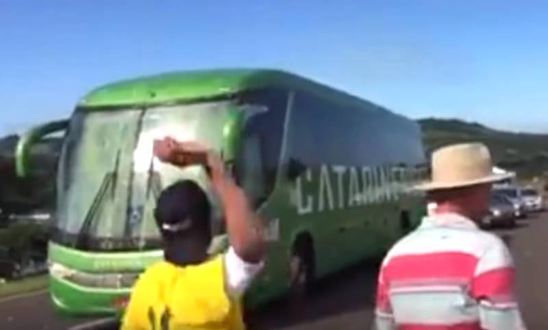 Сборную Бразилии встретили на родине градом камней