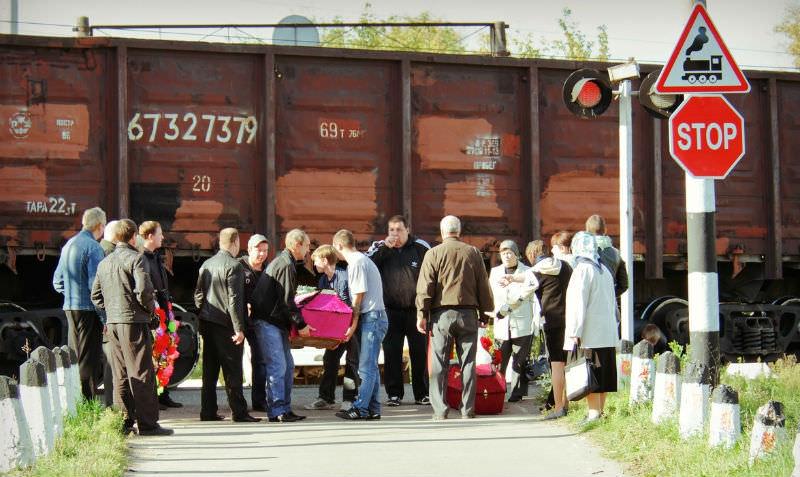 Жители Ликино-Дулево тащат гробы на кладбище под товарными поездами