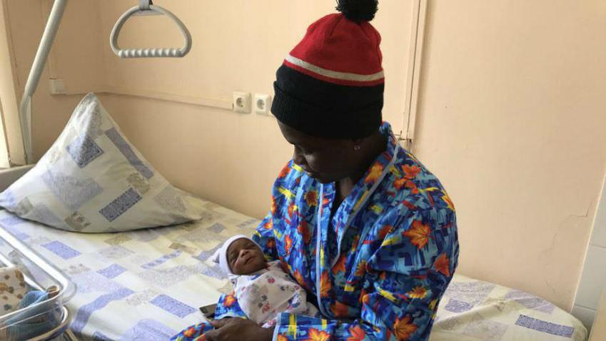 Нигерийская болельщица неожиданно родила в Москве Ивана