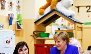 Меркель повеселила фотографией на фоне «занимающихся сексом» медведей
