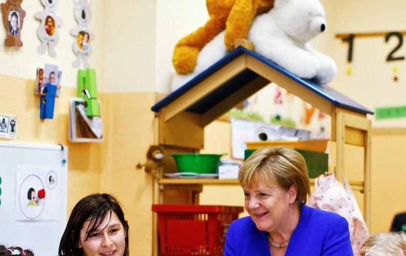 Меркель повеселила фотографией на фоне