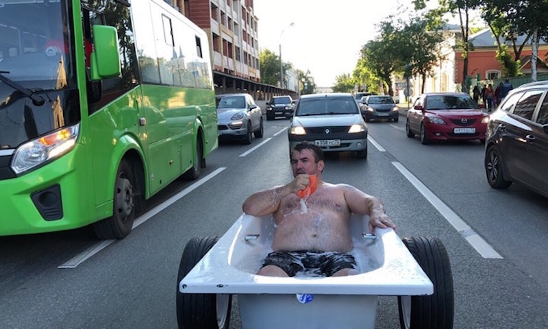 Тюменца оштрафовали за езду в ванне