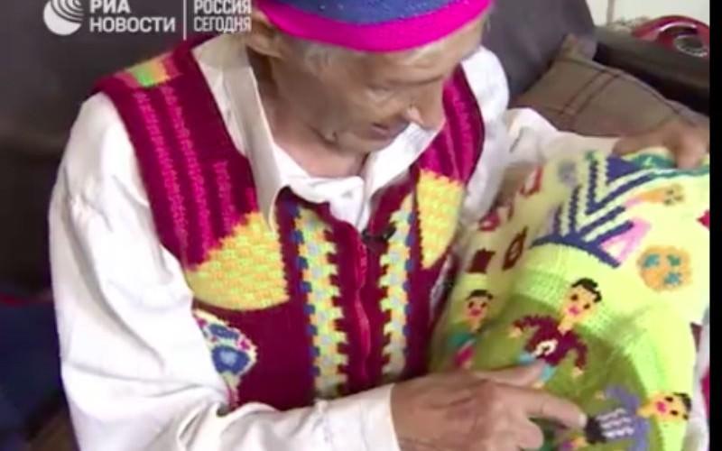 Дедушка из Златоуста навязал футбольным болельщикам сувениры