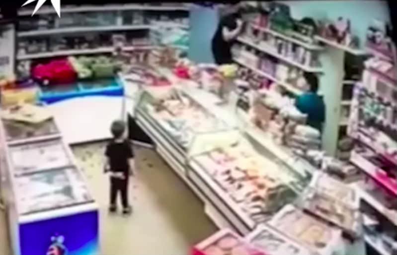 Женщина разгромила магазин из-за сына и яблока в Подмосковье