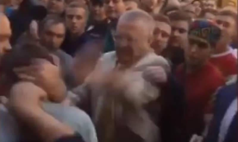 Жириновский избил облившего его пивом фаната