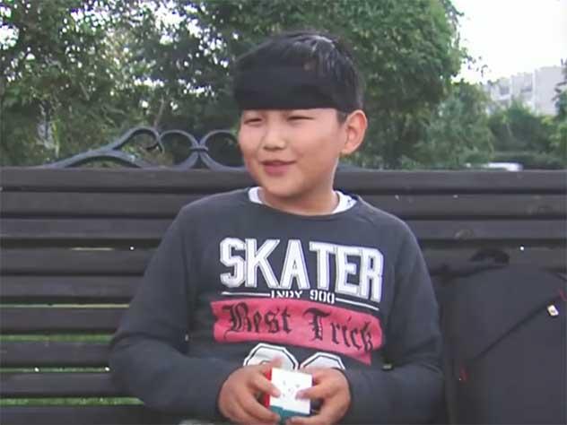 Мальчик из Бурятии зарабатывает на улице, чтобы собрать деньги на лечение сестры