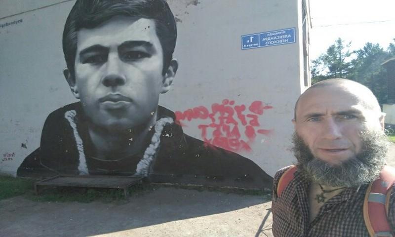 В Петербурге трансгендер испортил граффити с Данилой Багровым