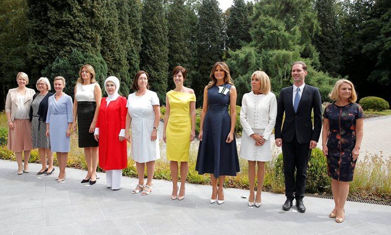 Жены лидеров стран НАТО сделали  коллективное фото
