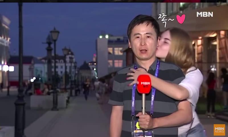 Озорные болельщицы расцеловали журналиста в прямом эфире