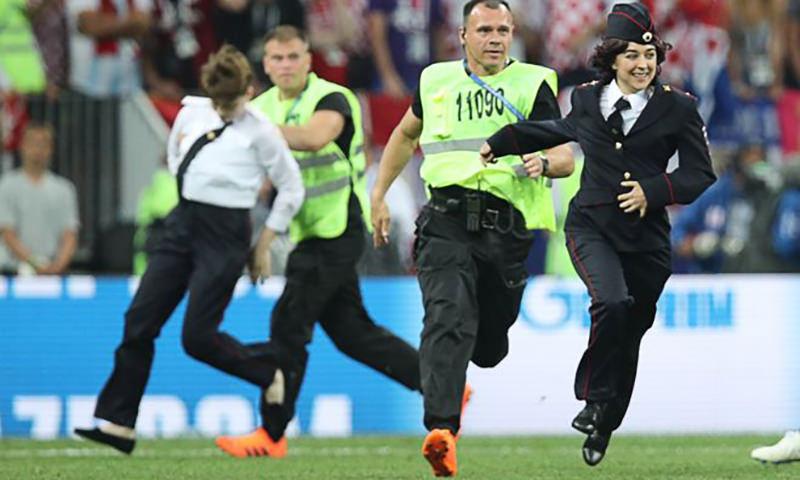 Участники группы Pussy Riot  выбежали на поле во время  финального матча ЧМ-2018