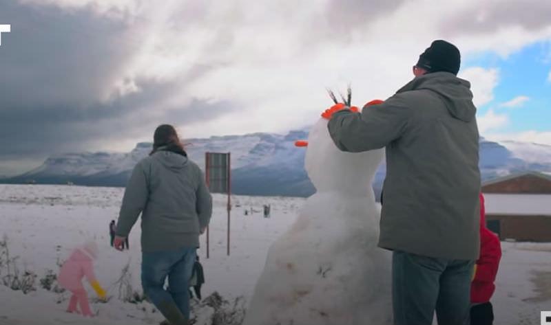 В Южной Африке выпал снег: зато научились лепить снеговиков