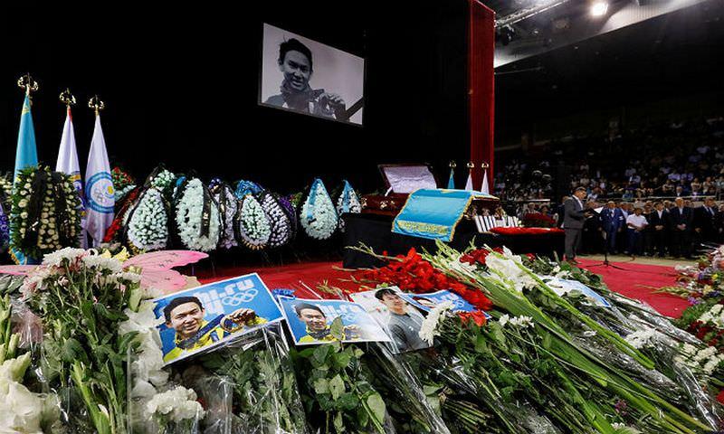 Тысячи людей пришли проститься с трагически погибшим фигуристом Денисом Теном