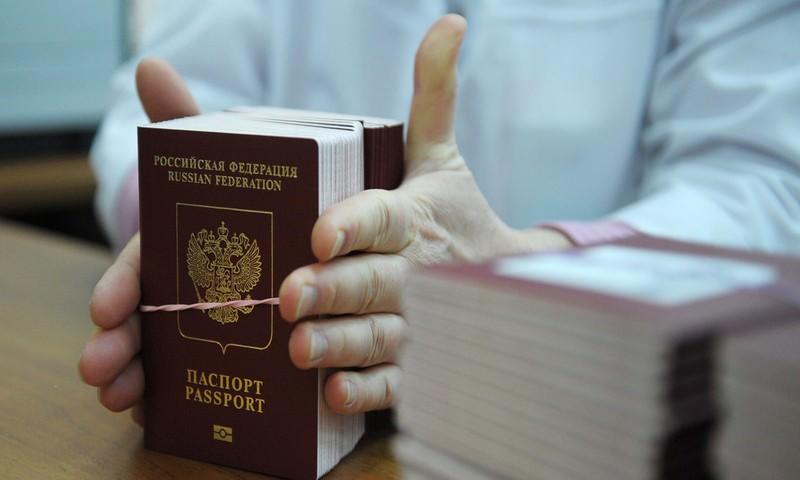 Путин утвердил повышение госпошлин за выдачу загранпаспорта и прав