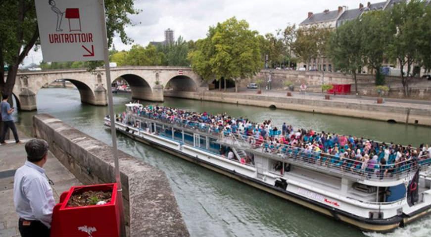 Красные писсуары на улицах вызвали скандал во Франции