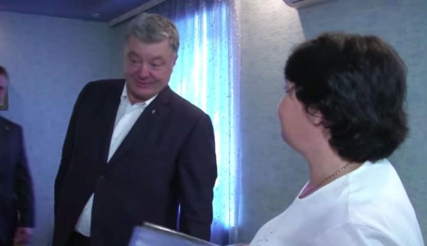 Порошенко пришел в гости в украинскую семью и увидел флаг России