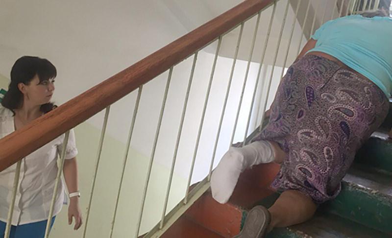 Бабушке со сломанной ногой пришлось ползти по больничной лестнице