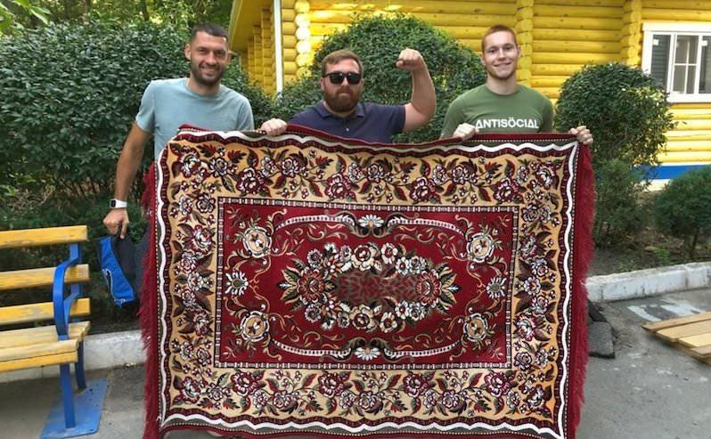 Болельщик с ковром прославился на всю Россию