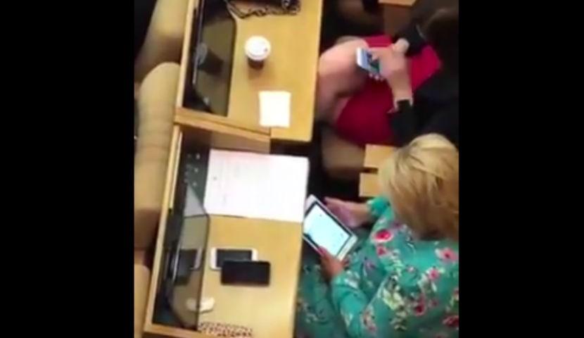 Россиян взбесило поведение депутатов: сидят в гаджетах, а в зале такое...