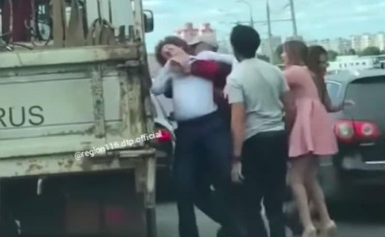 Кудрявый водитель устроил драку на дороге за слово