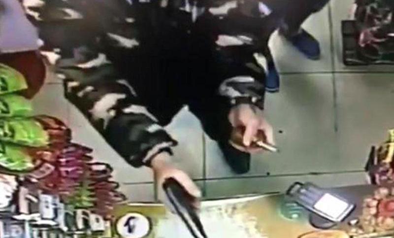 Кассирша наплевала на грабителя с пистолетом. Он обиделся и ушел.