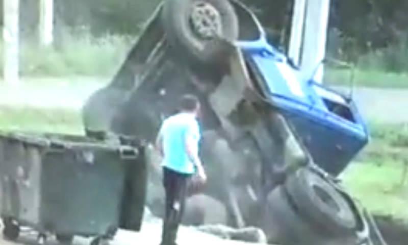 Грузовик ушел под землю едва водитель вышел